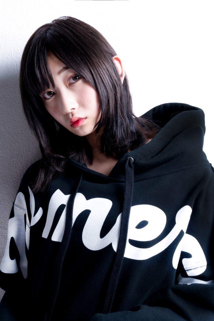 志田愛佳、ロサンゼルス発のファッションブランド「QALB」新商品イメージモデル