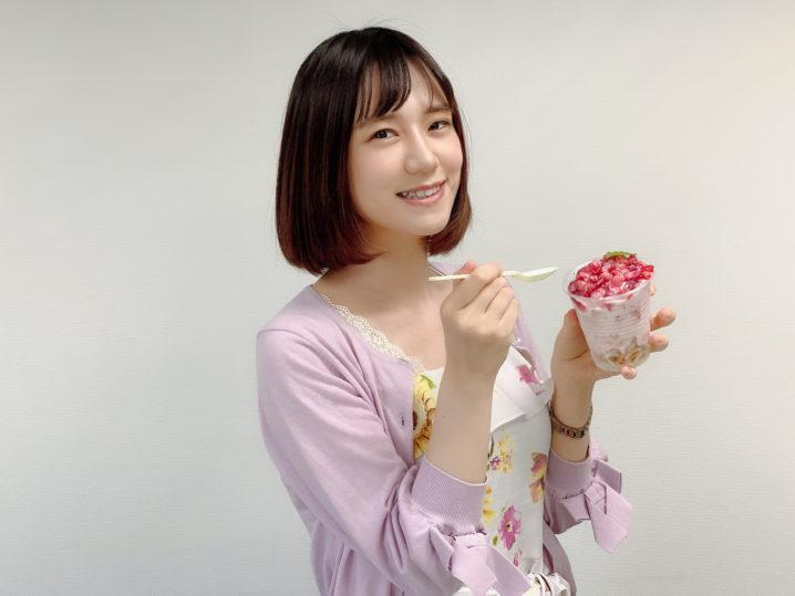 リポーターの青木菜奈が、ふわふわ牛乳かき氷 イチゴ味を食レポ/撮影:ACTRESS PRESS編集部(2020年8月)