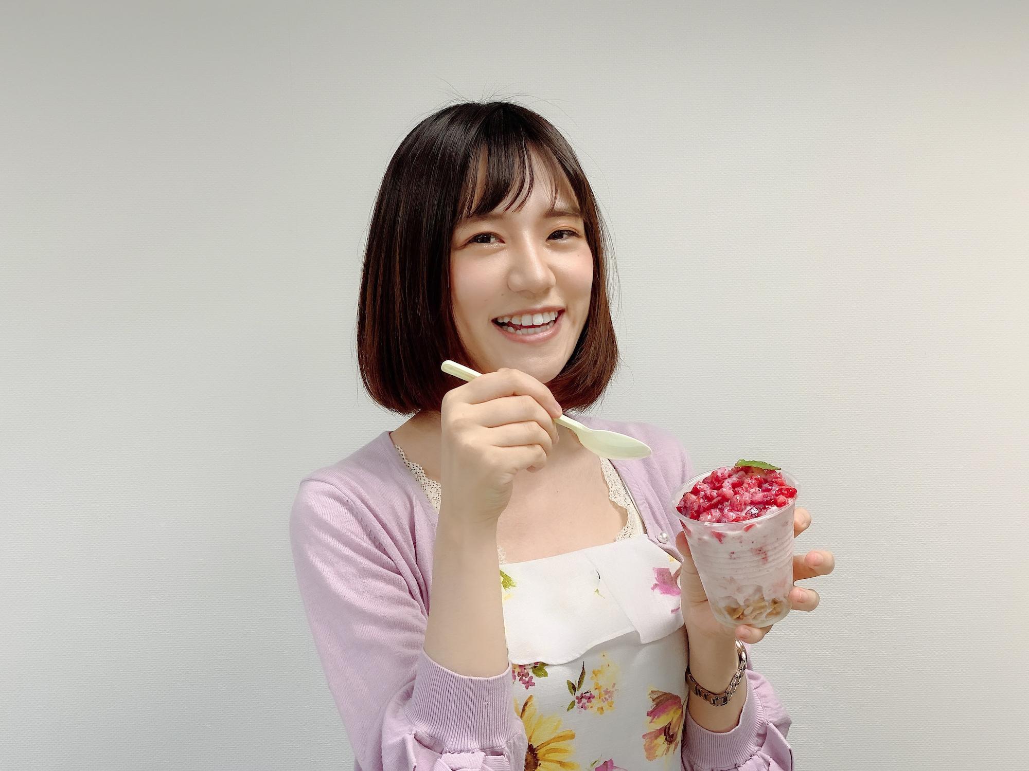 リポーターの青木菜奈さんが、ふわふわ牛乳かき氷 イチゴ味を食レポ/撮影:ACTRESS PRESS編集部(2020年8月)