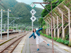 青木菜奈(あおき・なな)/土合駅に向かう途中の水上駅。上越線の列車の前にて。(2020年9月)/撮影 (C)ACTRESS TV