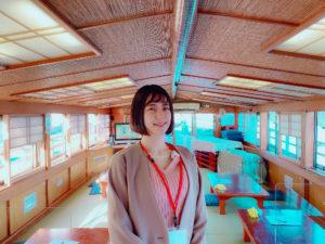 青木菜奈/屋形船の前にて(2020年11月)/撮影:(C) ACTRESS編集部