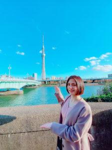 青木菜奈/屋形船乗り場付近の隅田川沿いにて、東京スカイツリーをバックに(2020年11月)/撮影:(C) ACTRESS編集部