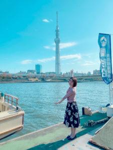 青木菜奈/屋形船乗り場の手前にて。東京スカイツリーもよく見えます(2020年11月)/撮影:(C) ACTRESS編集部