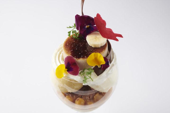 【エンポリオ アルマーニ カフェ 表参道】5月のパフェは「バナナとココナッツ カラマンシーのパフェ」